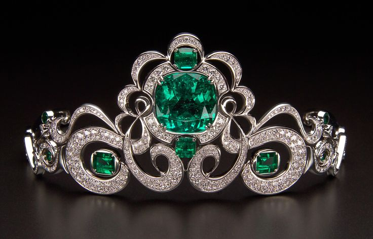 The famous Moreira tiara featuring one of the largest jewelry quality emeralds ever found