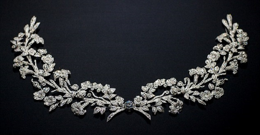 An Exquisite Garland Style Necklace