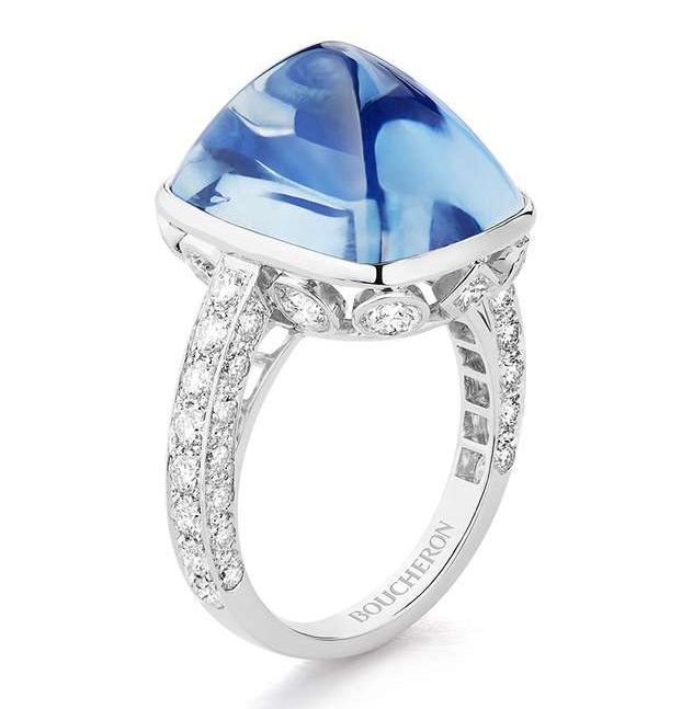 JOYA Ring set with a 19,92 ct Ceylon sugar-loaf cabochon sapphire and diamonds, paved with diamonds, on white gold.