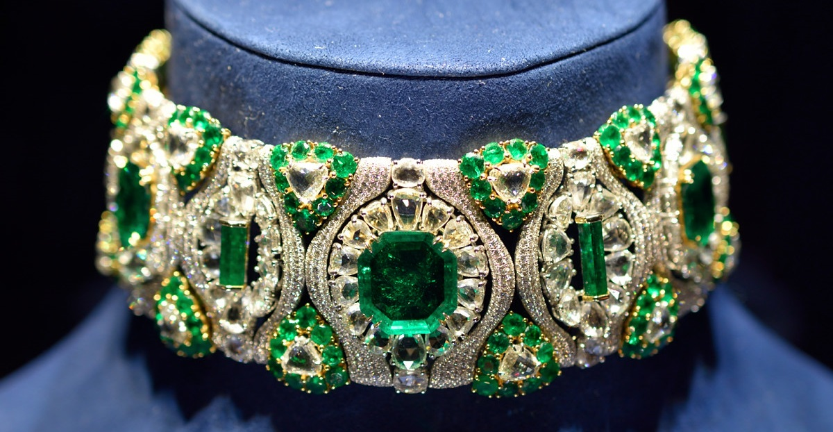 Chopard Choker with diamonds and emeralds